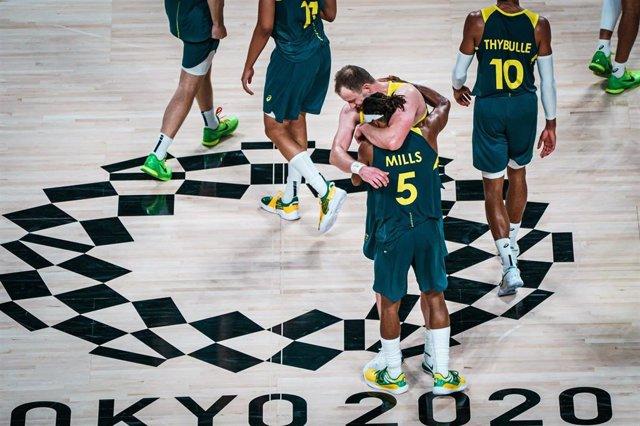 La selección de baloncesto de Australia celebra el bronce, su primera medalla olímpica, ganado ante Eslovenia en los Juegos Olímpicos de Tokyo 2020