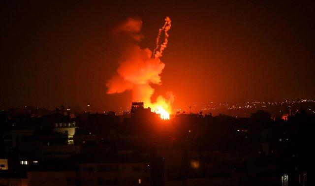 Archivo - Uno de los recientes bombardeos de Israel a las instalaciones de Hamás en la Franja de Gaza como respuesta al lanzamiento de globos incendiarios por parte de ciudadanos palestinos.