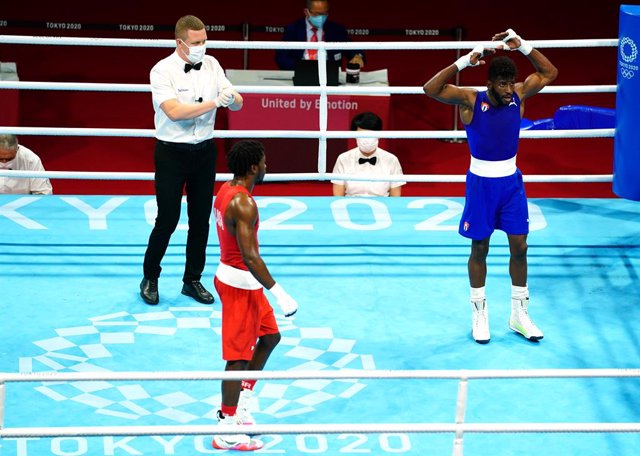 08 August 2021, Japan, Tokyo: Cuba's Andy Cruz (Blue) celebrates winning gold against USA's Keyshawn David (Red) after the Men's Light (57-63kg) Boxing Final Bout at the Kokugikan Arena during the Tokyo 2020 Olympic Games. Photo: Adam Davy/PA Wire/dpa