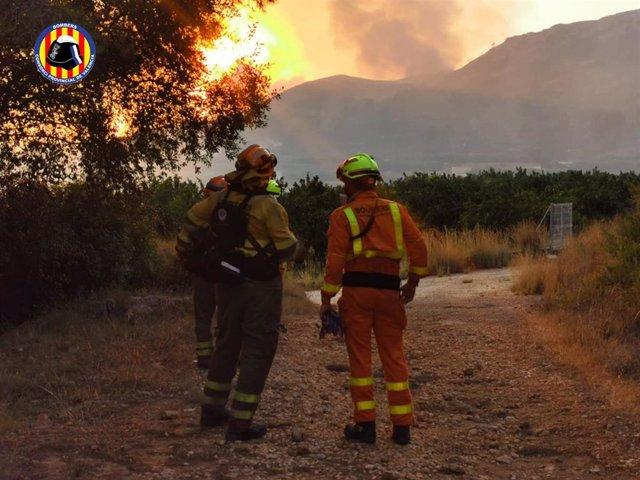 Bomberos del Consorcio Provincial de Valencia en un incendio forestal en Rafelguaraf (Valencia)
