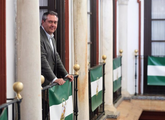 El alcalde de Sevilla y secretario general del PSOE de Andalucía, Juan Espadas, durante la entrevista concedida a Europa Press. A 31 de Julio de 2021, en Sevilla (Andalucía, España).