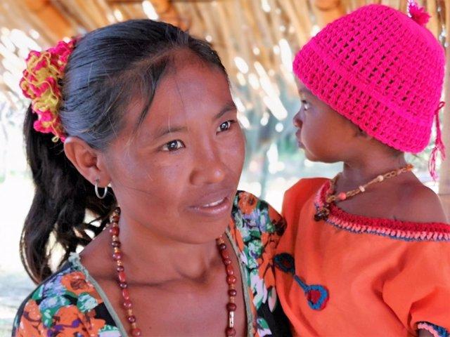 Una madre con una niña en brazos, en Colombia.