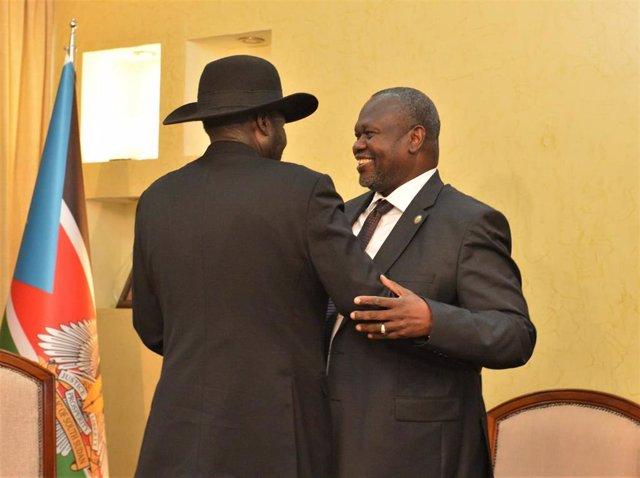 Archivo - El vicepresidente de Sudán del Sur, Riek Machar (de frente), saluda al presidente sursudanés, Salva Kiir