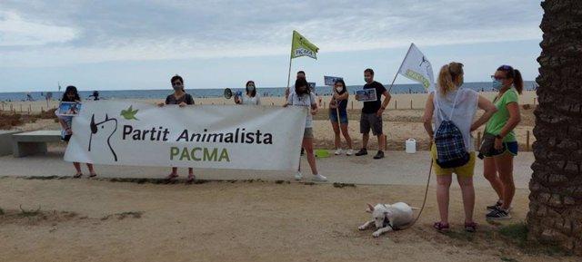 Pancarta de Pacma en la concentració per demanar l'accés d'animals a espais naturals.