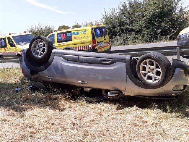 Una mujer y sus hijas de 1 y 6 años sufren un accidente en la M-119 tras volcar su coche