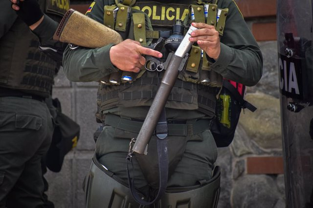 Archivo - 05 May 2021, Colombia, Pasto: A policeman loads his launcher with a tear gas canister during clashes with demonstrators after a protest against police brutality amid an ongoing national strike. Photo: Camilo Erasso/LongVisual via ZUMA Wire/dpa