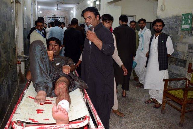 Uno de los heridos en el ataque con paquete bomba en Quetta, en el suroeste de Pakistán.