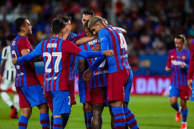 Jugadores del FC Barcelona celebran el gol de Memphis Depay ante la Juventus en el Trofeu Joan Gamper 2021, con victoria blaugrana (2-0) en el Estadi Johan Cruyff