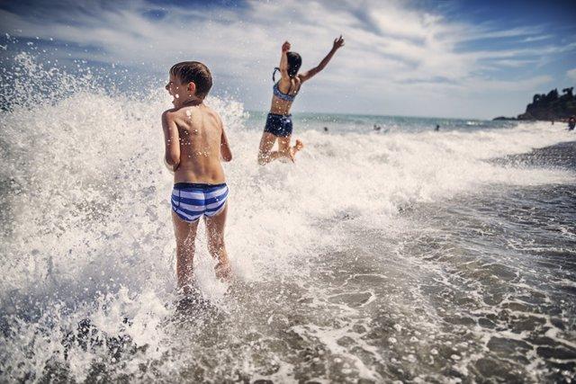 Archivo - Playa, agua, niños. Verano.