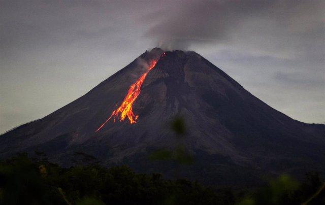 Archivo - Erupción del volcán Merapi, en Indonesia