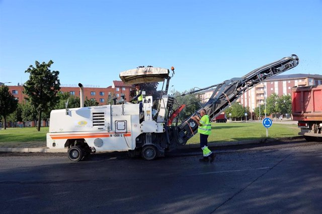 Trabajos de asfaltado en una calle de León-