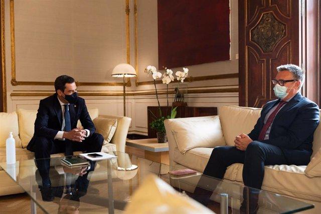 Archivo - El presidente de la Junta, Juanma Moreno, y el portavoz de Vox en el Parlamento de Andalucía, Manuel Gavira, en una imagen de 15 de junio.