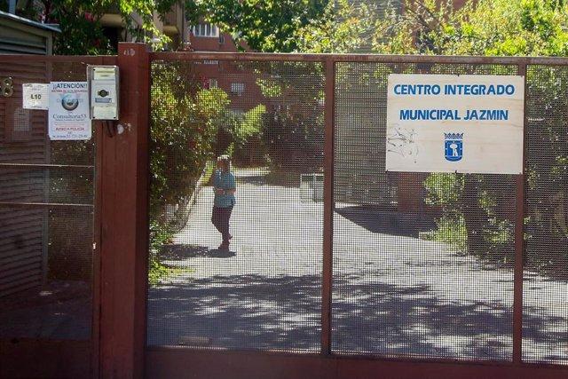 Una mujer camina en el interior del recinto de la residencia de ancianos Jazmín, a 5 de agosto de 2021, en Madrid, (España).