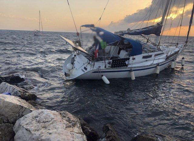 Rescatan a dos tripulantes de un velero encallado en los acantilados de la isla de Tabarca