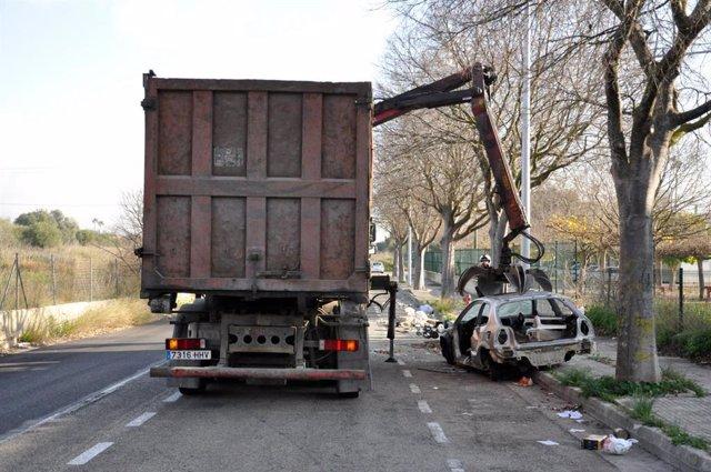 Camión del Ayuntamiento retirando un vehículo abandonado en Palma