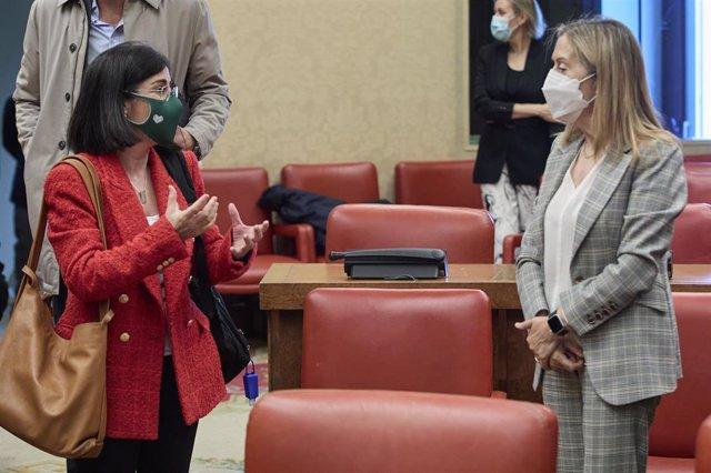 Archivo - La ministra de Sanidad, Carolina Darias (i), conversa con la vicepresidenta segunda del Congreso de los Diputados, Ana Pastor, en la Comisión de Sanidad, a 29 de abril de 2021, en Madrid (España).