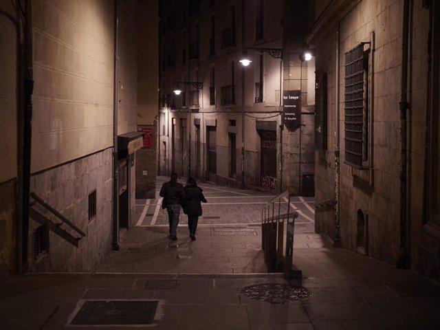 Archivo - Una pareja por la Calle Bajada de Javier de Pamplona alrededor de la media noche