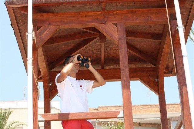 Archivo - Un socorrista vigila las playas de la Región