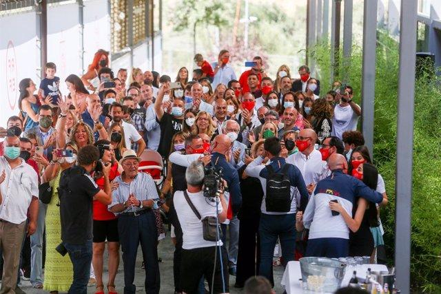 Un grupo de personas recibe a la selección española de fútbol masculino tras su llegada de los Juegos de Tokyo 2020, a 9 de agosto de 2021, en Madrid, (España). Jugadores y cuerpo técnico han aterrizado en el aeropuerto Adolfo Suárez Madrid-Barajas para a