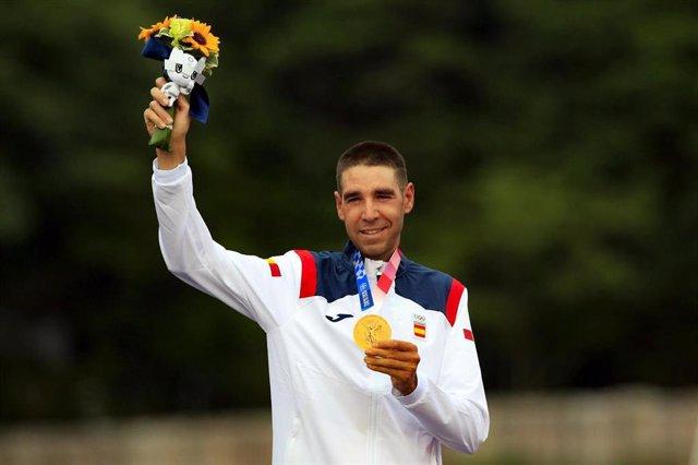 El corredor español de bicicleta de montaña David Valero posa con su medalla de bronce en los Juegos Olímpicos de Tokyo 2020.