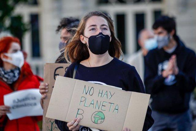 Archivo - Un grupo de personas participa en la sentada ante el Congreso de los Diputados convocada con motivo del Día Global de Acción por el Clima, en Madrid (España), a 25 de septiembre de 2020. Ha sido el movimiento Juventud por el Clima-Fridays For Fu