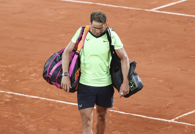 Archivo - Rafael Nadal of Spain leaving the court after his semi-final defeat againt Novak Djokovic of Serbia during day 13 of Roland-Garros 2021, French Open 2021, a Grand Slam tennis tournament on June 11, 2021 at Roland-Garros stadium in Paris, France