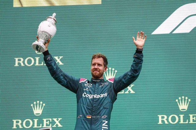 Sebastian Vettel celebra su segundo puesto en el GP de Hungría antes de ser descalificado