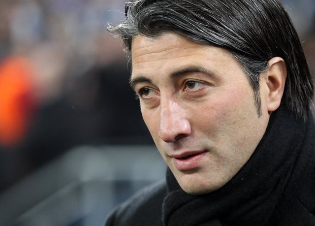Archivo - FILED - 11 December 2013, North Rhine-Westphalia, Gelsenkirchen: Then Basel's Murat Yakin reacts during the UEFAChampions League soccer match between Schalke and Basel at the Gelsenkirchen stadium. Yakin is the new coach of the Switzerland nati