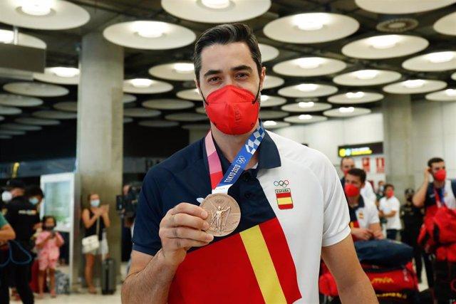 Raúl Entrerríos muestra su medalla de bronce a su llegada a Madrid procedente de los Juegos Olímpicos de Tokio