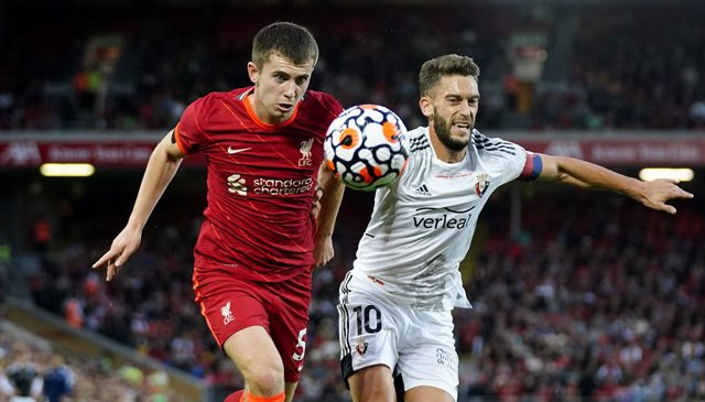 09 August 2021, United Kingdom, Liverpool: Liverpool's Ben Woodburn (L) and Osasuna's Roberto Torres battle for the ball during the pre-season friendly soccer match between Liverpool and CA Osasuna at Anfield. Photo: Peter Byrne/PA Wire/dpa