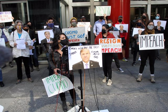 Archivo - 27 March 2021, US, New York: People take part in a rally held in front of New York Governor Andrew Cuomo's office in Manhattan calling him to resign or for his impeachment due to the complaints of 8 female employees. Photo: Bruce Cotler/ZUMA Wir
