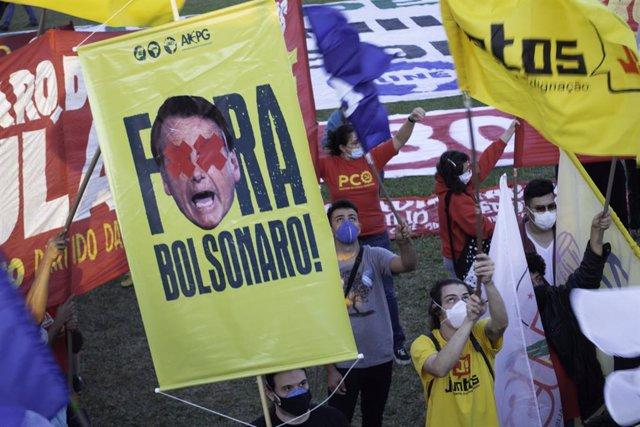 Archivo - 30 June 2021, Brazil, Brasilia: People take part in a protest in front of the congress against Brazilian President Jair Bolsonaro as they demand his resignation. Photo: Leco Viana/TheNEWS2 via ZUMA Wire/dpa