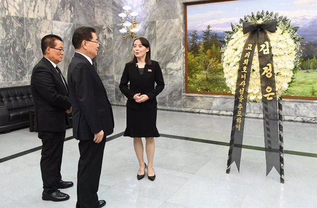 Archivo - 12 June 2019, ---, Panmunjom: North Korean leader Kim Jong-un's sister, Kim Yo-jong (R), meets with Chung Eui-yong (L), head of South Korea's presidential National Security Office, and Rep. Park Jie-won (2-L) of the minor opposition Party for De