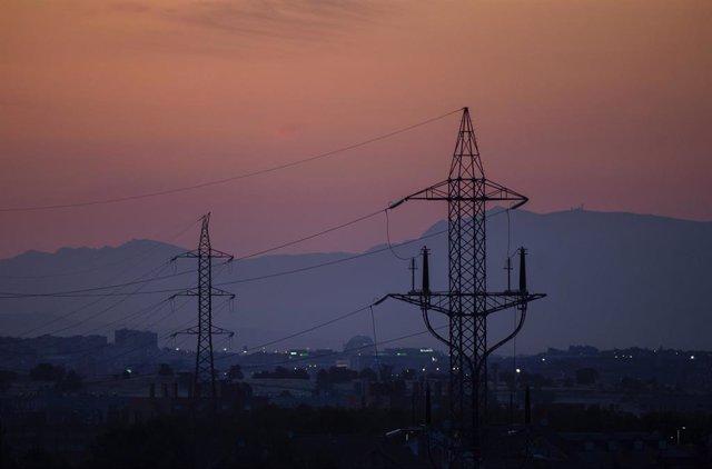 Torres de tensión el día en el que el precio de la luz alcanza un máximo histórico