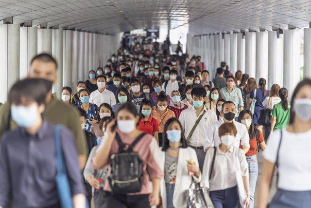 Multitud de personas llevando mascarilla.
