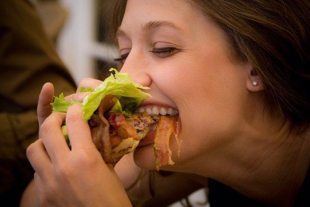 Archivo - Mujer comiendo.