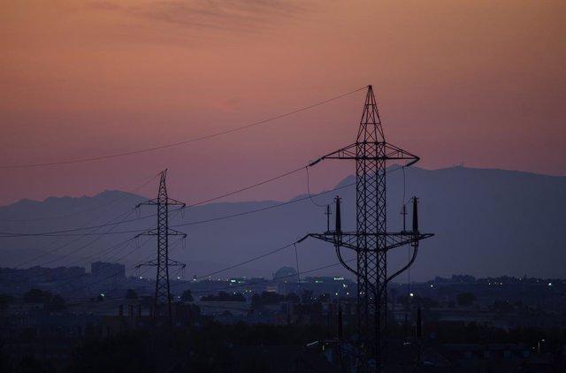 Torres de tensió el dia en el qual el preu de la llum aconsegueix un màxim històric, a 20 de juliol de 2021, en el Canyar, Madrid