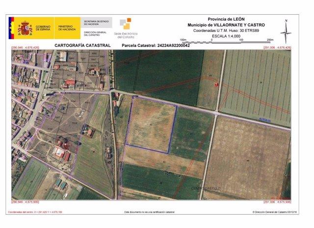 La parcela marcada en azul, propiedad de Adif, sale a subasta por 37.100 euros.