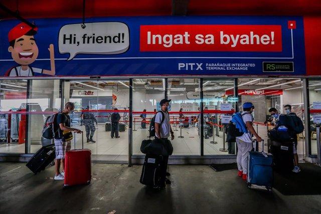 Archivo - Arxivo - Persones amb mascarilla pel coronavirus en una estació d'autobusos de Manila, Filipines