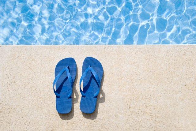 Archivo - Chanclas para la piscina o la playa. Verano.