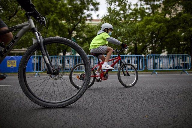 Archivo - Varios niños participan en la I Ruta ciclista contra el cáncer, a 23 de mayo de 2021, en Madrid (España). Se trata de una ruta de 10 kilómetros aproximadamente en la que han participado niños de entre 6 y 15 años. Esta iniciativa ha sido organiz
