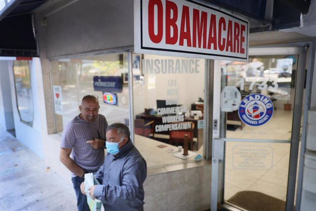 Archivo - Cartel de 'Obamacare' en un local de Miami, Florida