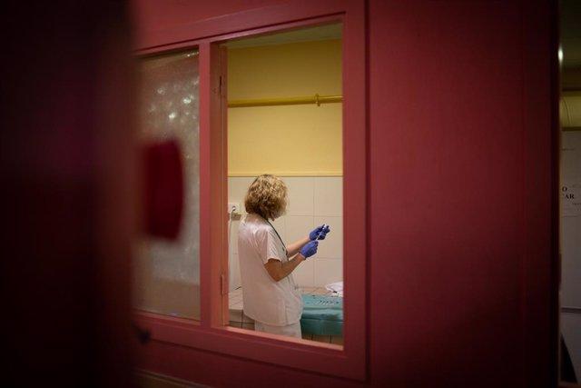 Archivo - Arxivo - Una sanitària prepara una dosi de la vacuna (Arxiu)