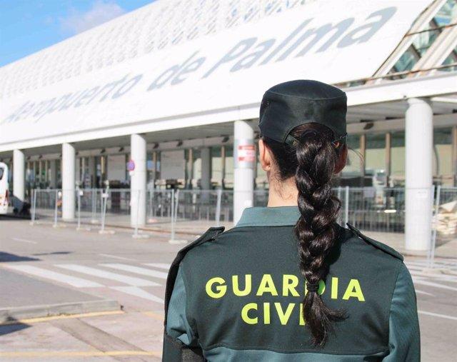 Archivo - Guardia Civil en el aeropuerto de Palma