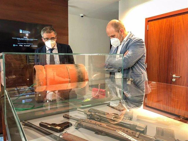 El consejero de Servicios Sociales y Gobernanza Pública, Pablo Rubio, y el director general de Justicia e Interior, Jorge Medel, han visitado el Museo de las Víctimas del Terrorismo de Vitoria