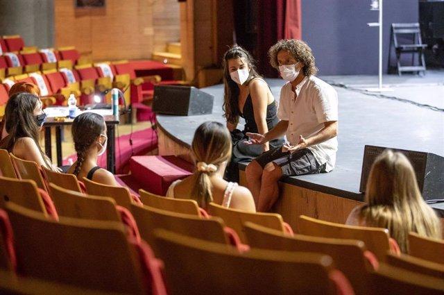 Víctor Ullate Roche y Nuria Sánchez durante la primera jornada del curso de teatro musical 'La interpretación de las canciones'.
