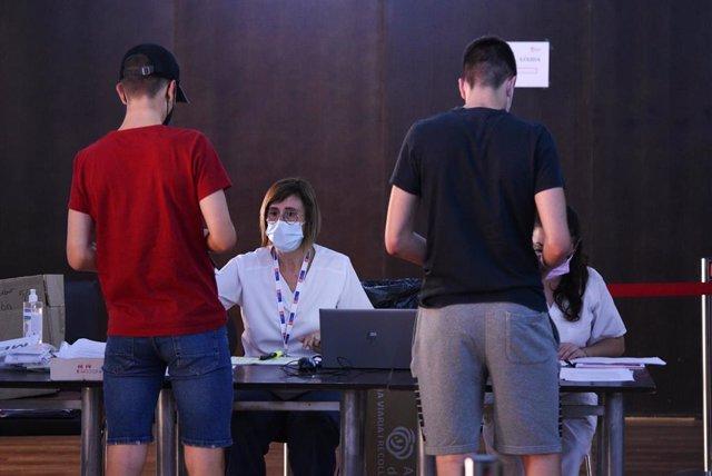 Dos adolescentes en el registro, después de recibir la primera dosis de la vacuna Pfizer en el punto de vacunación de Xàtiva (Valencia)
