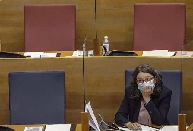 Archivo - La vicepresidenta de la Comunidad Valenciana y consellera de Igualdad, Mónica Oltra, durante una sesión de Les Corts a 21 de abril de 2021, en Valencia