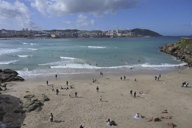 Archivo - Arxivo - Diverses persones gaudeixen d'un dia de platja