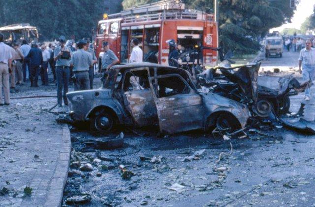 """Archivo - Atentado del """"comando España"""" de ETA con un coche bomba en la Plaza de la República Dominicana de Madrid. En la foto: camión de bomberos junto al coche que ha explotado, a 14 de julio de 1986."""